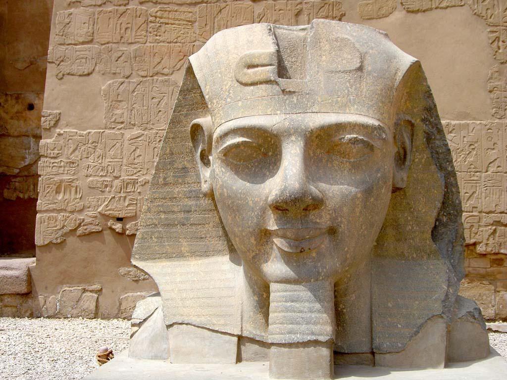 Ramses II   Luxor-Tempel Kopf Statue Ramses II vor 1. Pylon - Bild Luxor Tempel