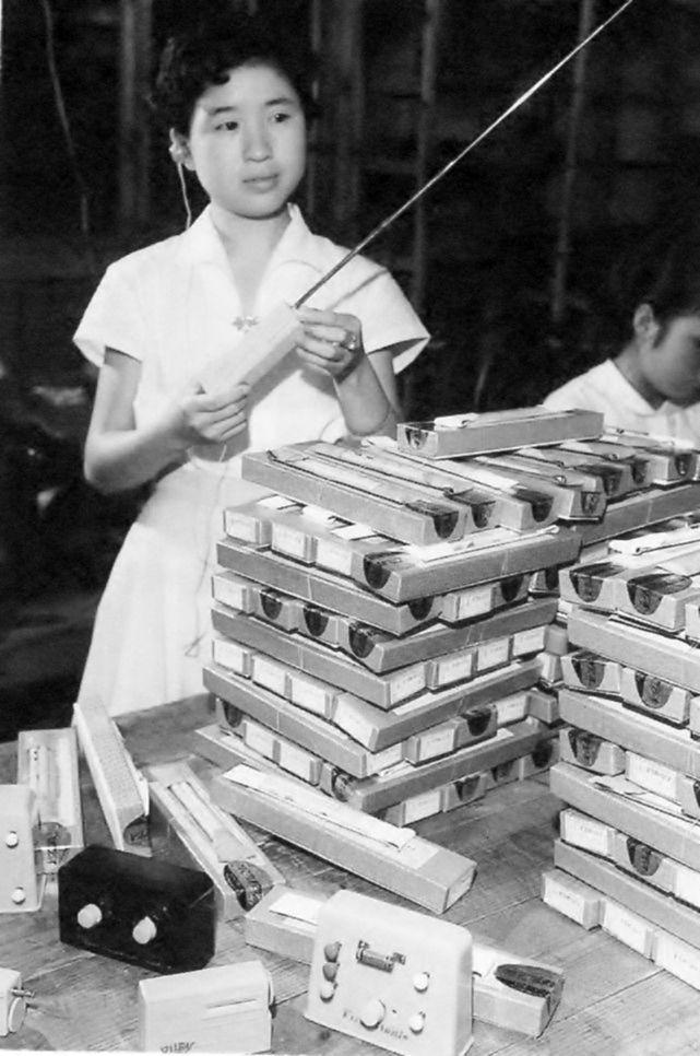1956年9月25日、高性能の鉱石ラジオ。開発したのは神奈川区内の無線メーカー。性能の良さに米国のデパートからクリスマスプレゼント用にと、大量の注文が来た。神奈川新聞社