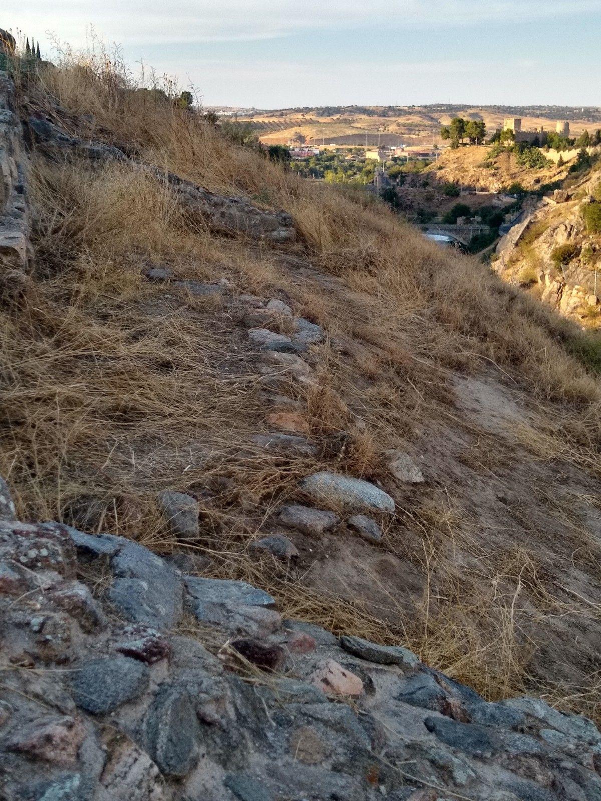 Se aprecia la base del muro de una cabaña circular, parte quedó oculta por una muralla que se construyó después