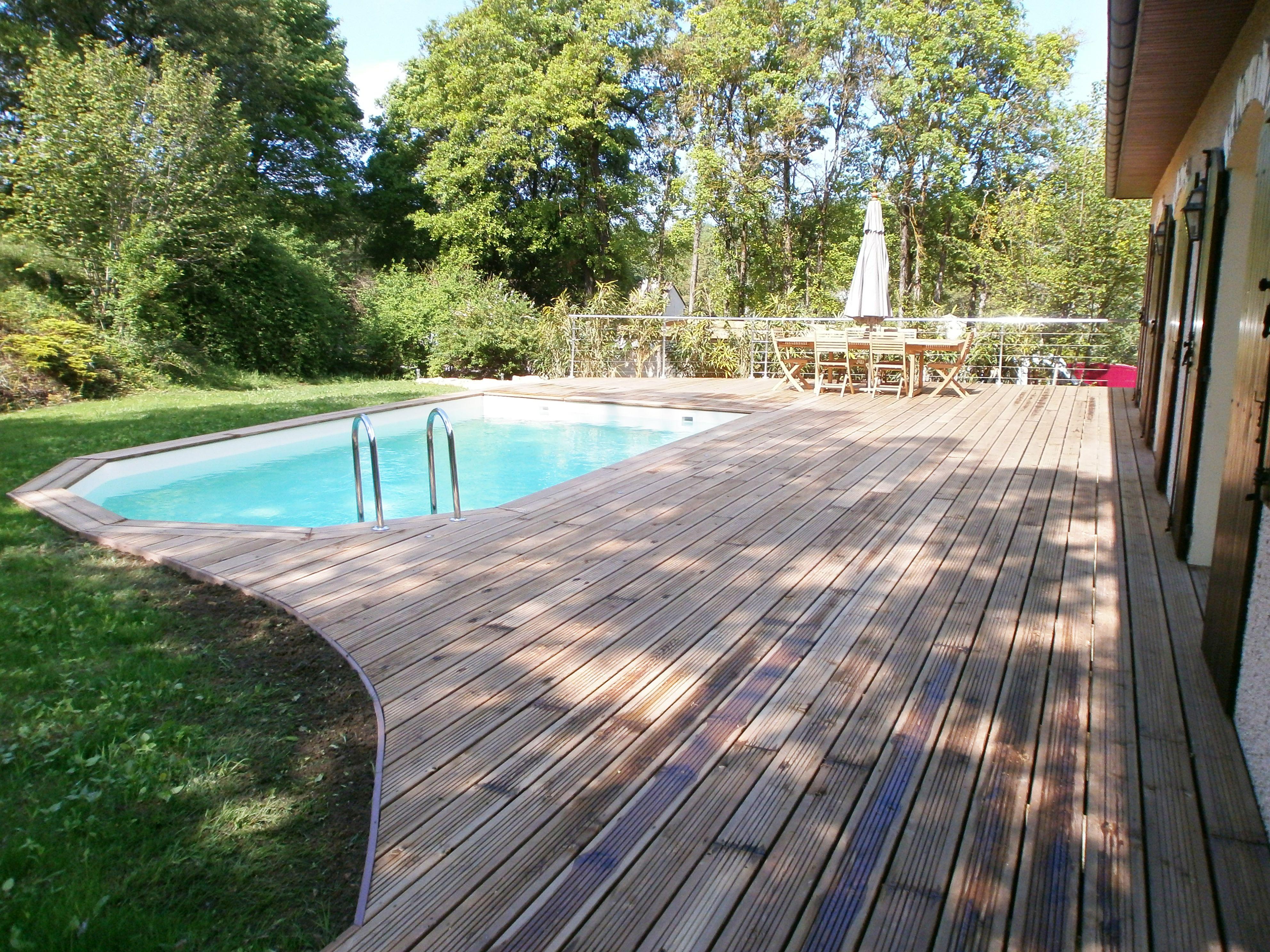 Magnifique piscine intégrée dans la terrasse #piscine #terrasse ...