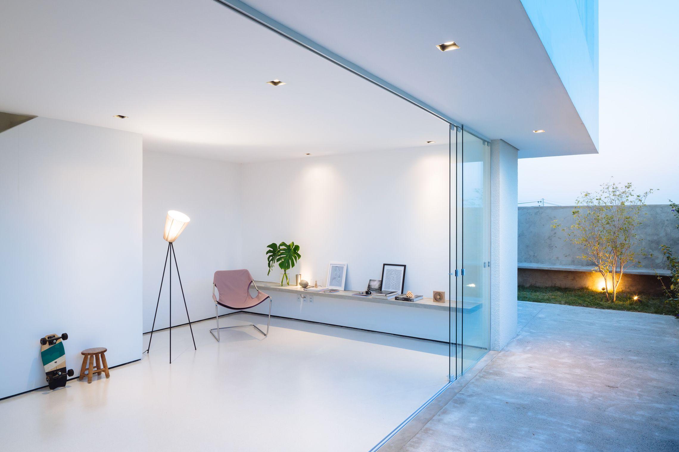 Sencilla casa de dos pisos construida en terreno peque o for Diseno de interiores de casas planos