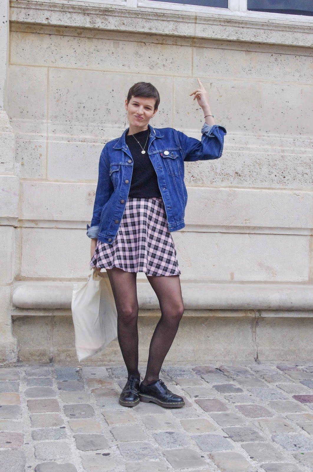 ddb4d1ed25f2b Lady Moriarty look vintage grunge 90 s avec un blouson en jeans et des Doc  Martens basses