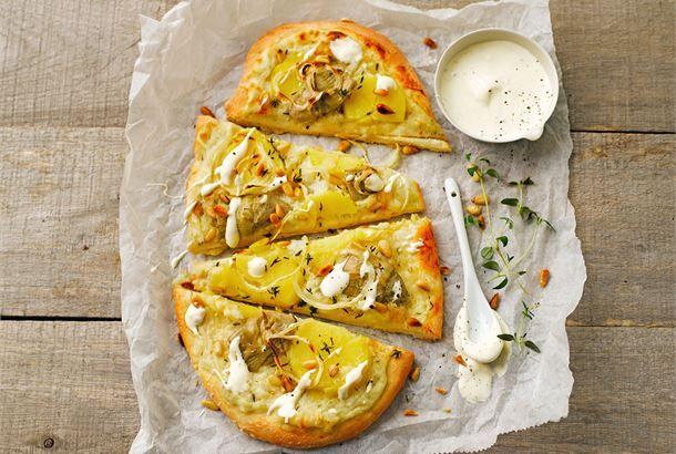 Artisokka-perunapizza on loistava valinta, kun kaipaat vaihtelua perinteiseen pizzaan. Korvaa tomaattikastike lempeän maukkaalla maa-artisokkakastikkeella ja viipaloi täytteeksi perunaa sekä latva-artisokkaa. Pizzan mehevyyden takaa timjamilla maustettu smetana. Tämä herkku sopii myös kasvisruokailijoille.  http://www.valio.fi/reseptit/artisokka-perunapizza/ #resepti #ruoka