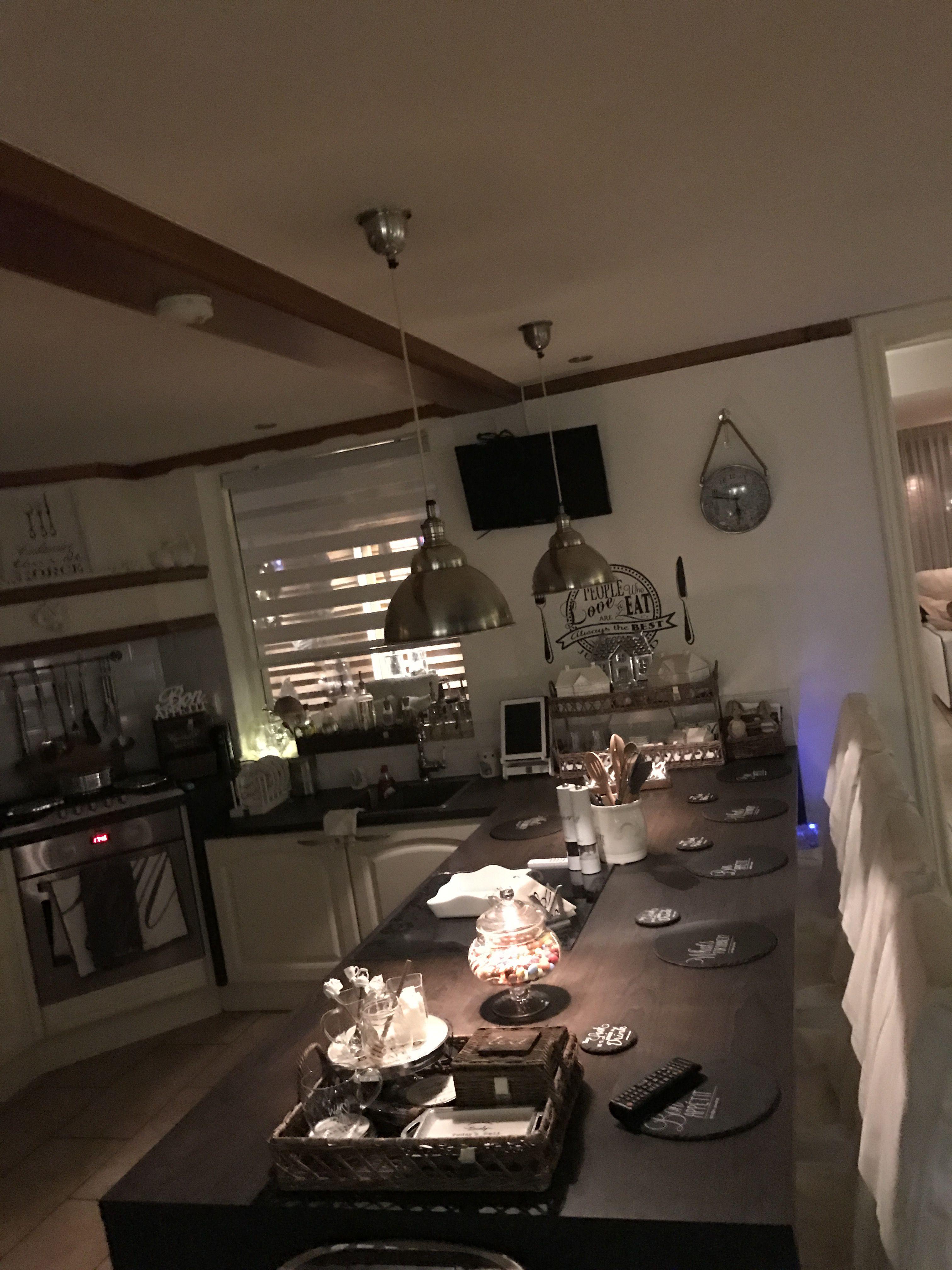 Happy met me rivièra maison lampen boven de tafel me keuken