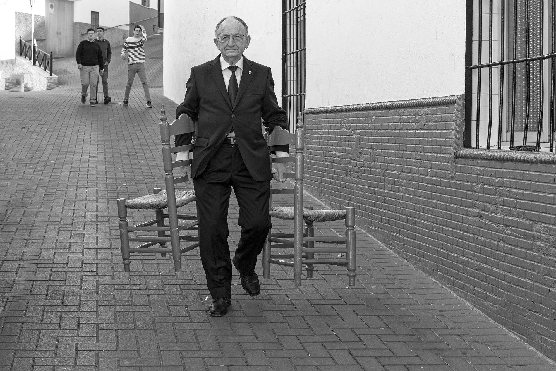 hombre con dos sillas