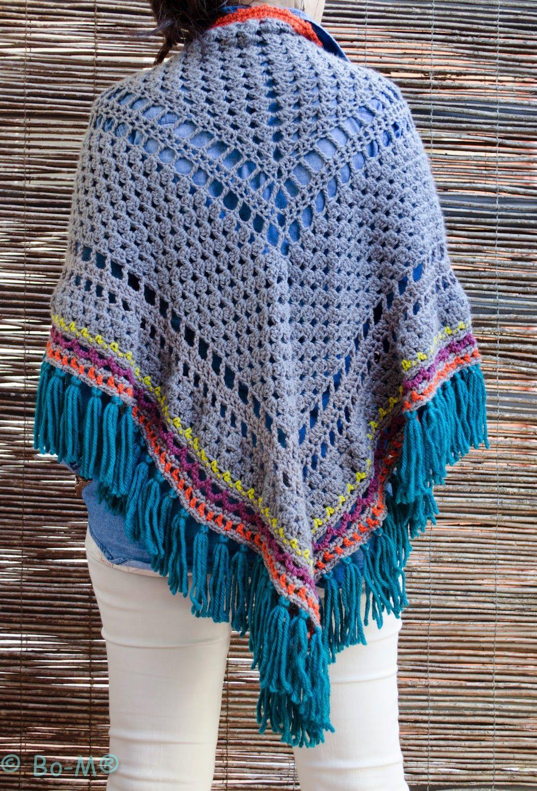 Xaile feito à mão em crochet com aplicação de botões para que possa ser usado fechado à frente como um poncho. 85
