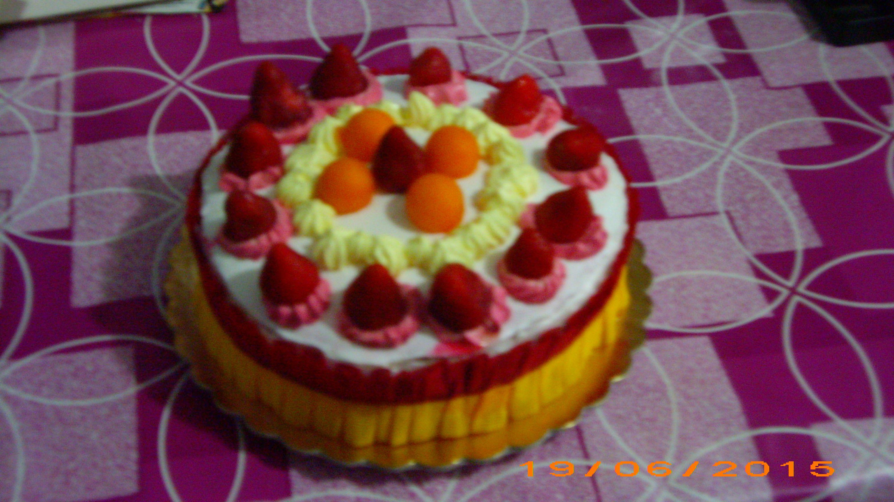 Bavarese al cioccolato bianco e mousse di fragola  e dolceneve e fragole e nastro giallo e rosso e bagna ai frutti rossi.