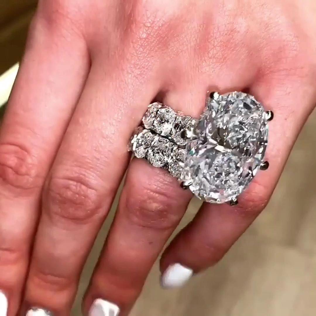 This Is Just Waay Too Big But It S Pretty Diamondrings Beautiful Wedding Rings Diamonds Beautiful Wedding Rings Bridal Rings