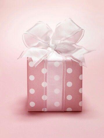 Los regalos empresariales. Correa Sánchez, G.  Siempre hay que agradecer los regalos ya sea personalmente, por teléfono o por escrito. Recibir un regalo con elegancia obliga a expresar gratitud por el detalle, abrirlo en presencia de quien lo entrega y reiterar las gracias al verlo.