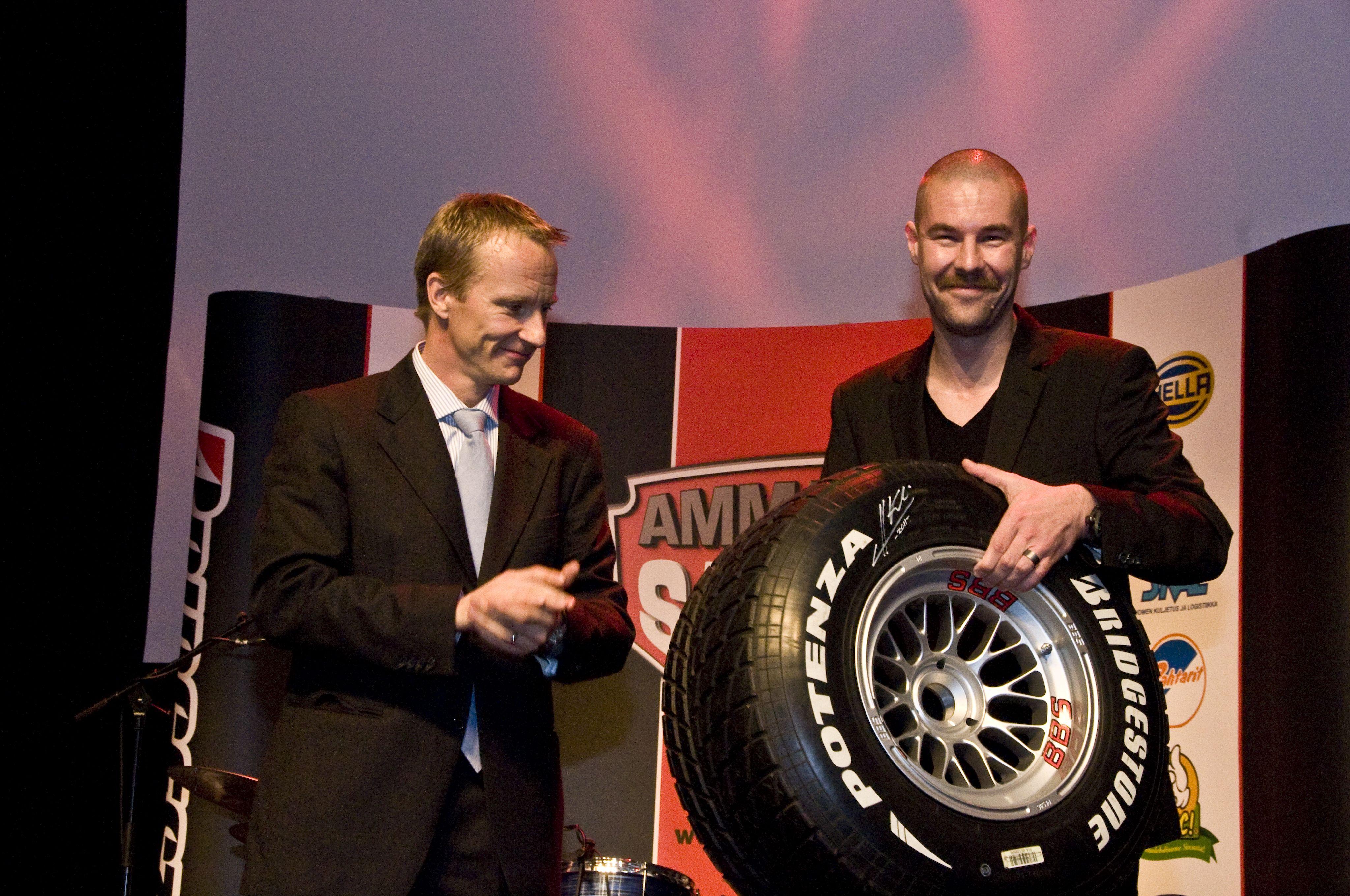 Heikki Kovalaisen signeeraaman F1 renkaan huusi itselleen TW Steel kellojen maahantuoja Alex Pått.