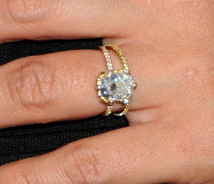 Merveilleux Jessica Alba Close Up Thin Gold Band Engagment Ring Wedding Set 2013