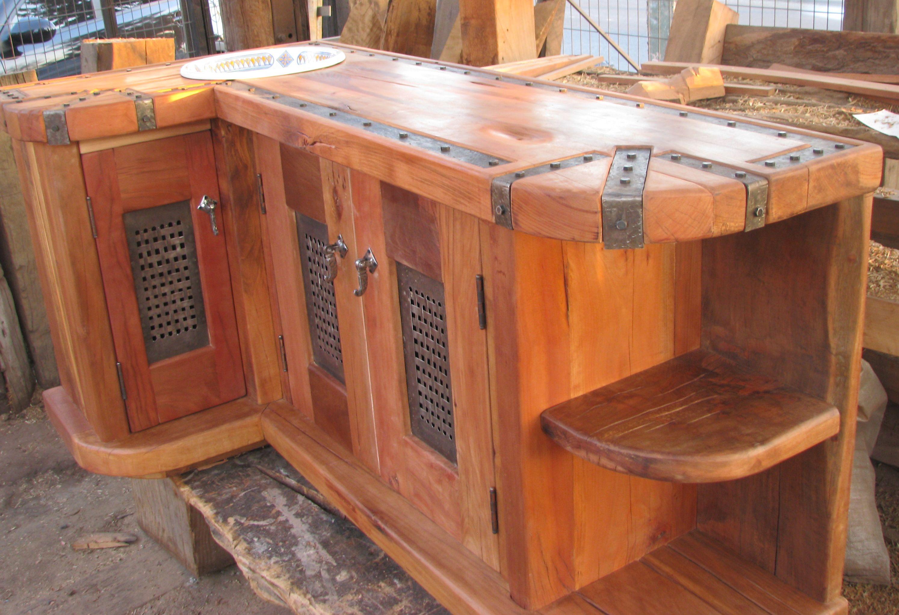 Vanitorio de roble rústico con puertas de madera y fierro forjado ...