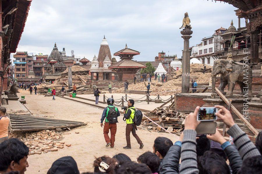 Päivitys: Sama aukio toisesta kulmasta kuvattuna huhtikuun 2015 maanjäristyksen jälkeen. Kathmandun historialliset aukiot kärsivät pahasti maanjäristyksessä, ja temppelien uudelleen rakentaminen vie aikaa.