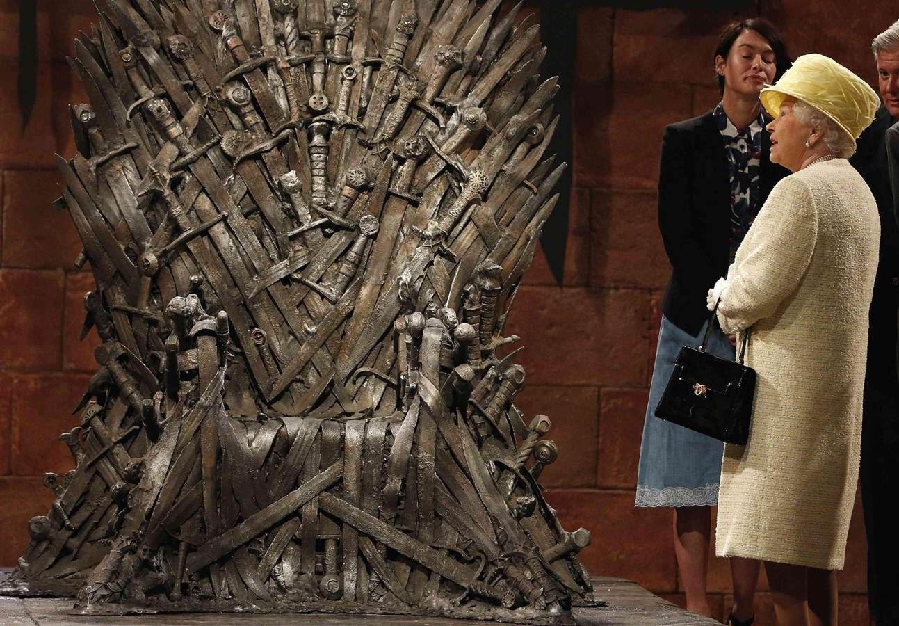 Game Of Thrones Queen Eyes Tv S Seat Of Power Game Of Thrones Queen Game Of Thrones Set Queen Elizabeth