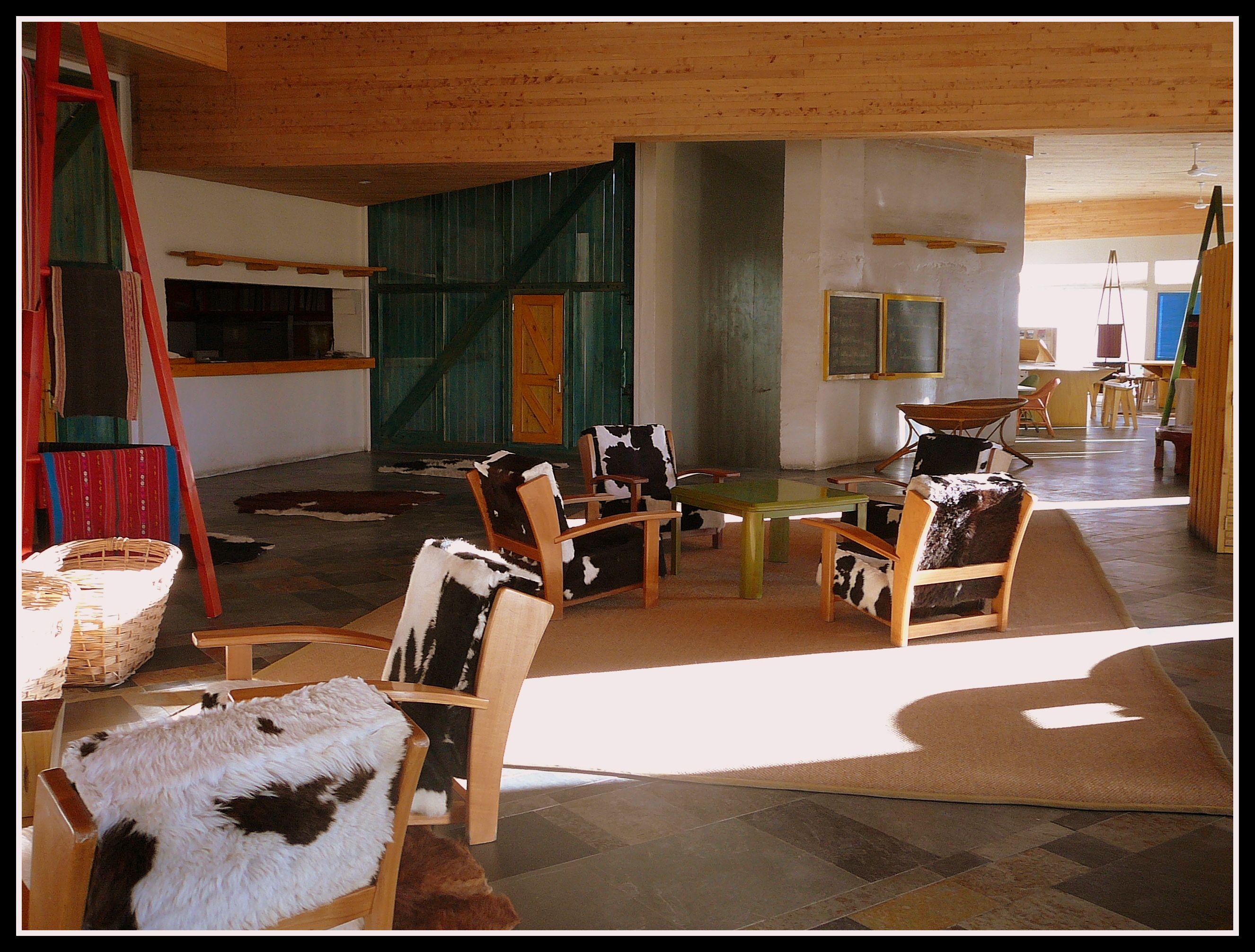 Me sorprendió gratamente este hotel en San Pedro de Atacama. Mezclado perfectamente con el entorno pero con todo lujo de detalles, como este salón tan coqueto