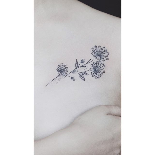Little Daisy S With Baby S Breath Behind The Ear Flower Zodiac For April Loyalty Chrysanthemum Tattoo Sunflower Tattoo Small Aster Flower Tattoos