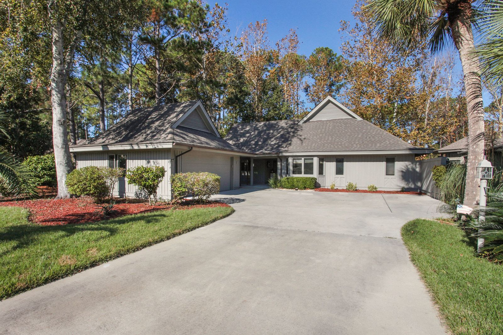 Located On The 18th Fairway Of The Hhi Counrty Club Move In Ready Turnkey Hardwood Floors Throughout Til Built In Seating Real Estate Listings Real Estate