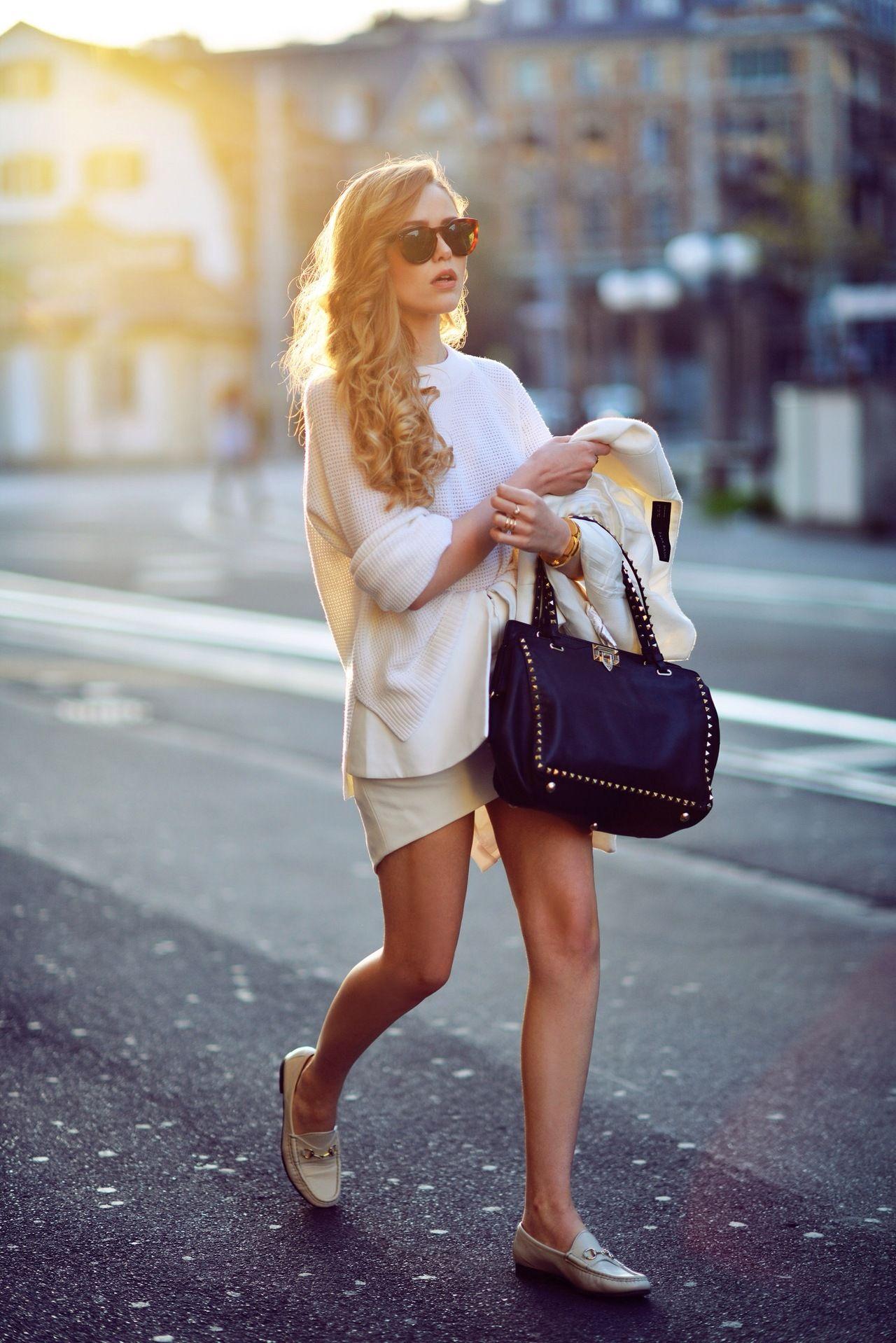 """Para mulheres e homens, o mocassim será o calçado hit da temporada de verão. Confortáveis, ganharam detalhes modernos, como cores fortes, para cair no gosto de quem tem estilo e """"segura o look"""". Aposta certeira."""