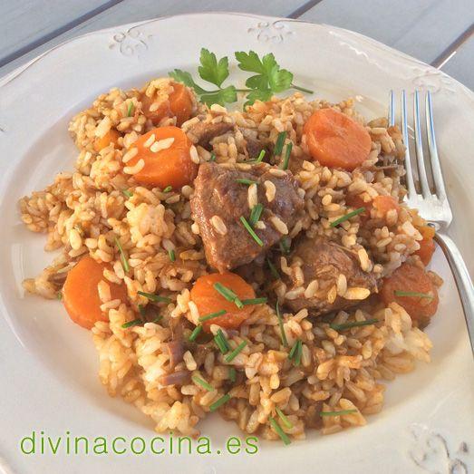 Este arroz con carrilladas de cerdo no debe quedar caldoso ni muy seco. Es un arroz meloso por la gelatina que sueltan las carrilladas.