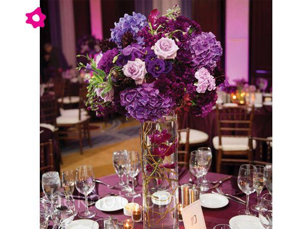 rosas moradas para boda en centro de mesa alto