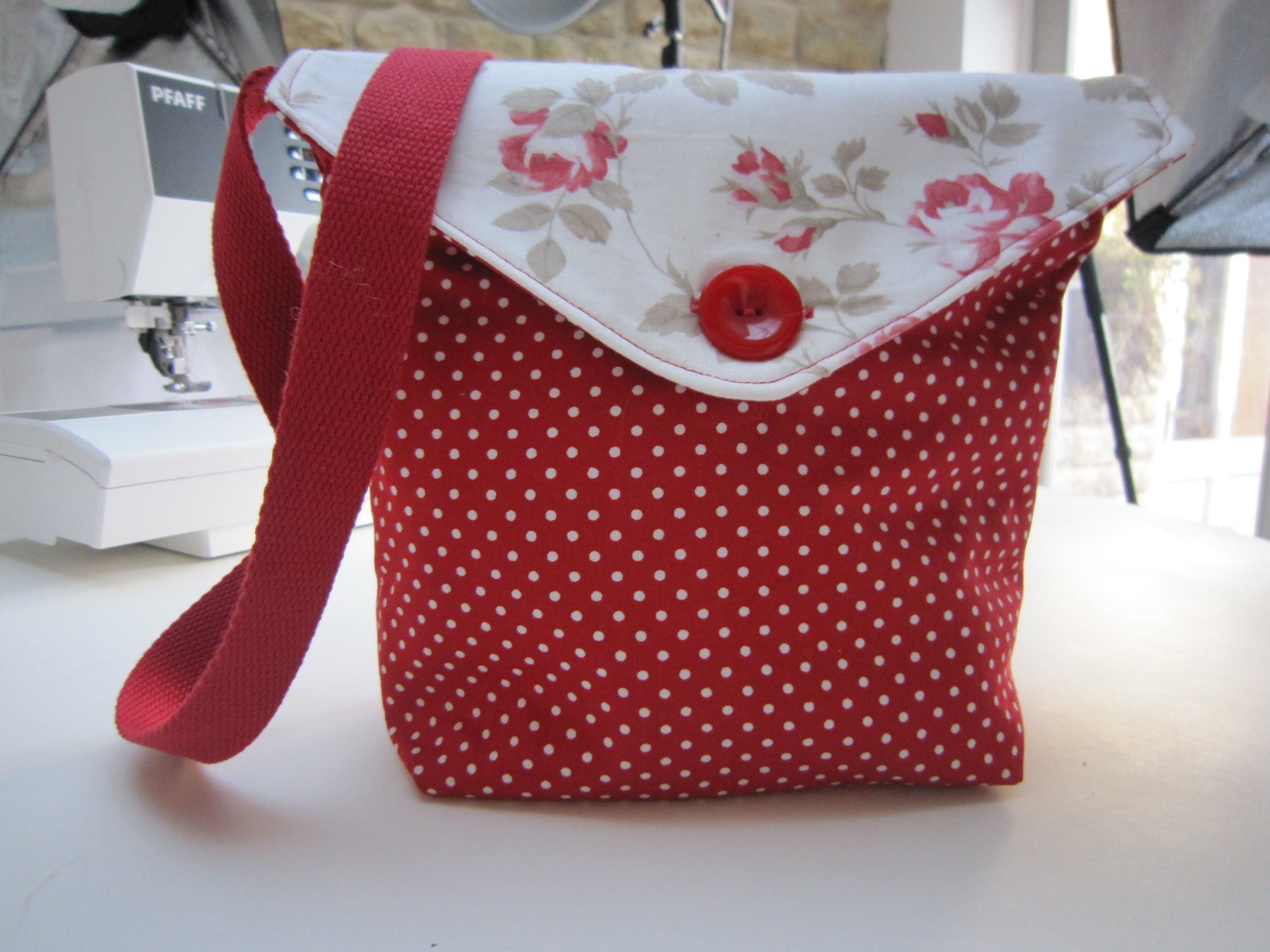 Reversible messenger bag by Debbie Shore--This is a very cute bag that I  want to make! 1be3ca770ae47