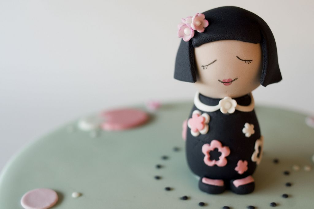 https://flic.kr/p/6ZkV1r | Alexia's Doll | A close up of the little china doll...I still hate black fondant!!!!
