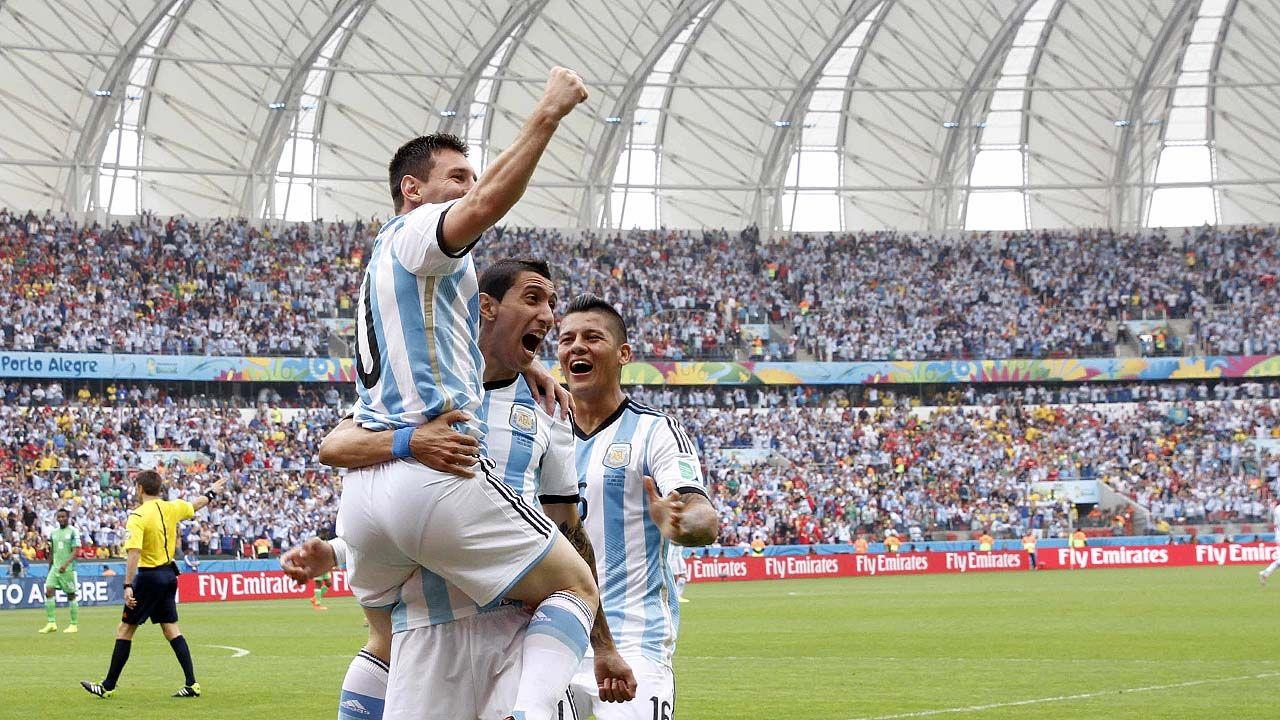Lionel Messi de Argentina se abraza con Angel Di Maria y Marcos Rojo en el partido