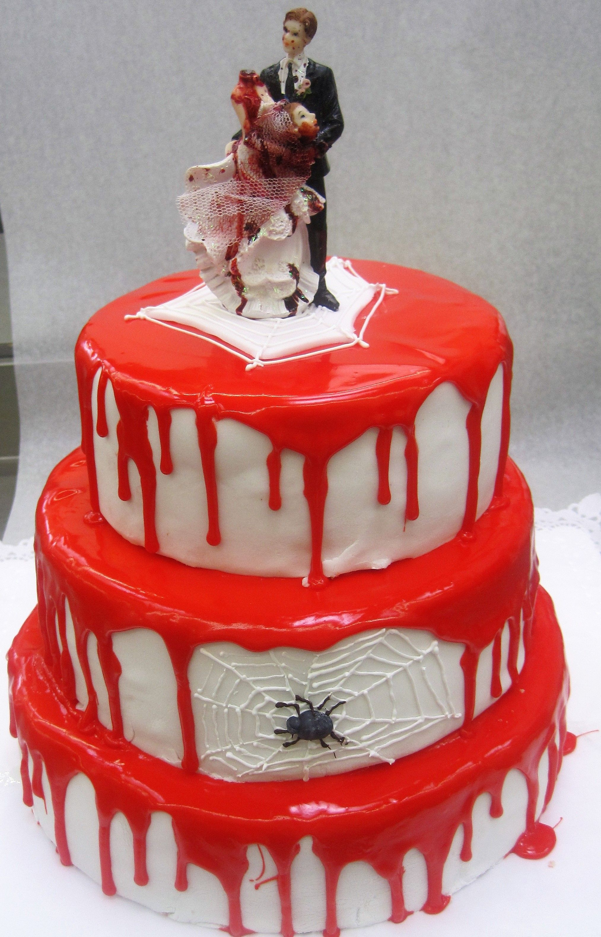 Hochzeitstorte mal anders mit Spinne und blutigem Brautpaar  Himmlische Hochzeitstorten
