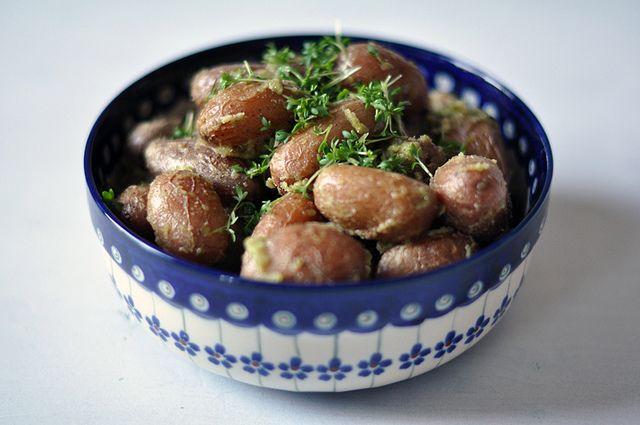 Gebackene neue Karoffeln mit Kresse und Mandeln