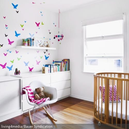 Der dunkle holzboden und das dazu passende babybett setzen warme kontraste zu den wei en - Babyzimmer kate ...