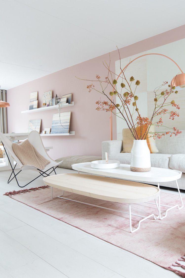 quelle couleur pour un salon rose pastel tapis rose lampadaire cuivre