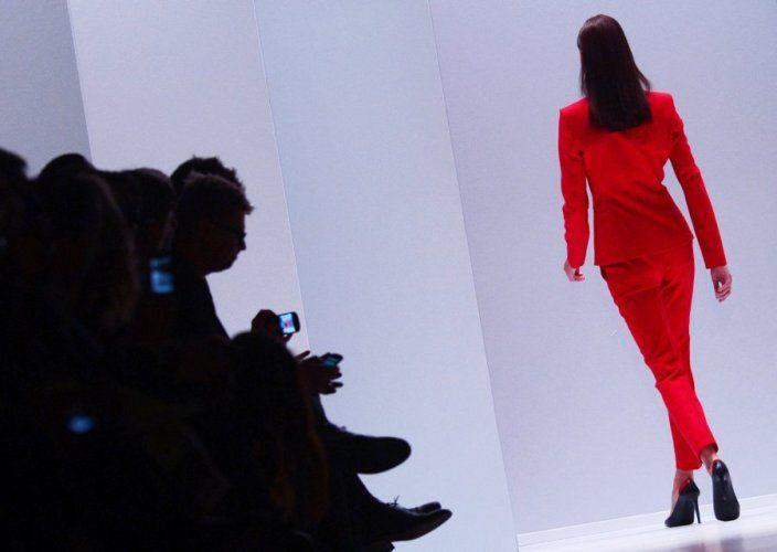 Auf dem Laufsteg dominierte wieder das typische Boss-Rot - Berliner Fashionweek 2013
