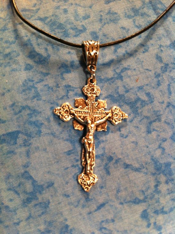 Stunningly detailed crucifix pendant is silvertone alloy and approx 2.5 inches…