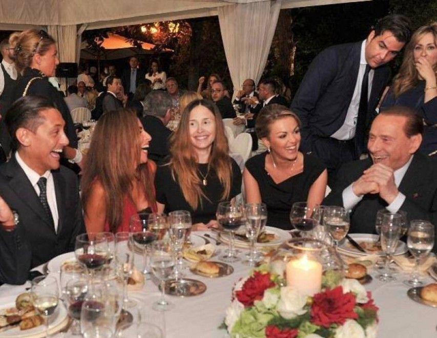 Di lei si erano perse le tracce da un po', almeno  fino a mercoledì scorso quando Noemi Letizia è riapparsa in compagnia  dell'ex premier Silvio Berlusconi, come si vede nello scatto di  Dagospia. In occasione della cena di autofinanziamento di Forza Italia,  che si è svolta all