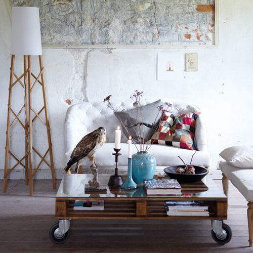 Zwei Aufeinander Gestapelte Paletten, Verschraubt Und Auf Rollen Montiert,  Ergeben Den Besonderen Couchtisch Fürs Wohnzimmer. Auf Der Oberfläche Am  Besten.