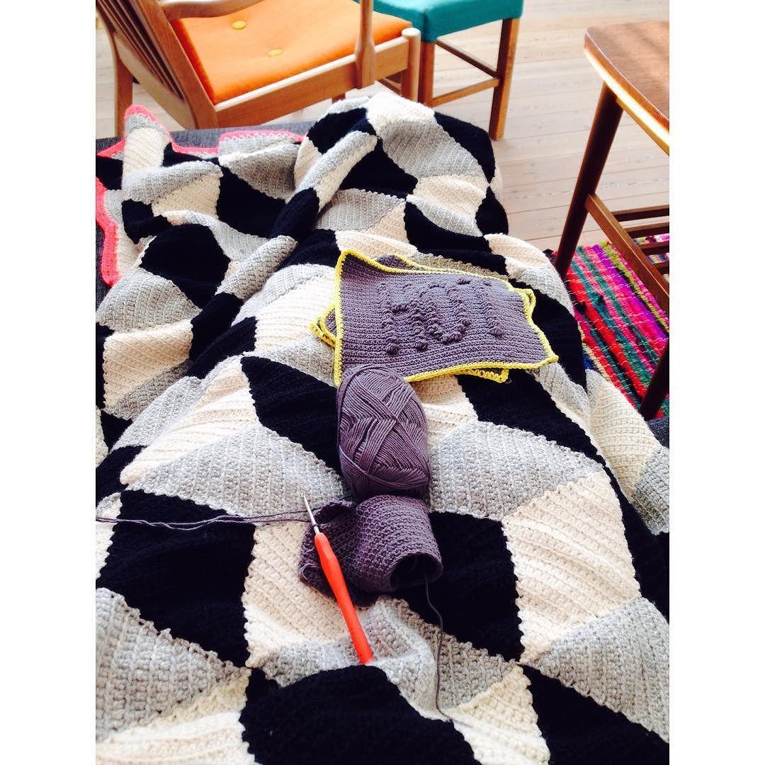 Pause = hækletid  #hækletid#hækling#crochet#crochetaddict#crochetblanket#afslapningligemedhækling#hæklettæppe#rombetæppe#gryldelapper#hottegrydelapper#pause#homemade#DIY#handmade#home by rikketheisen