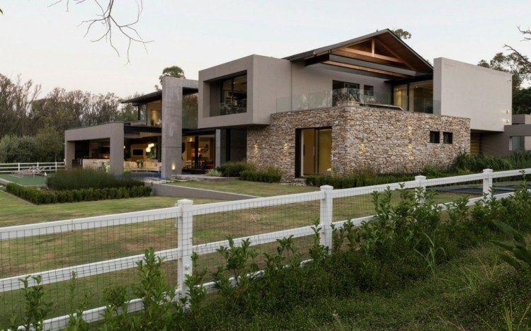 Fassadengestaltung stein  Aus natürlichen Materialien wie Stein und Beton besteht auch die ...
