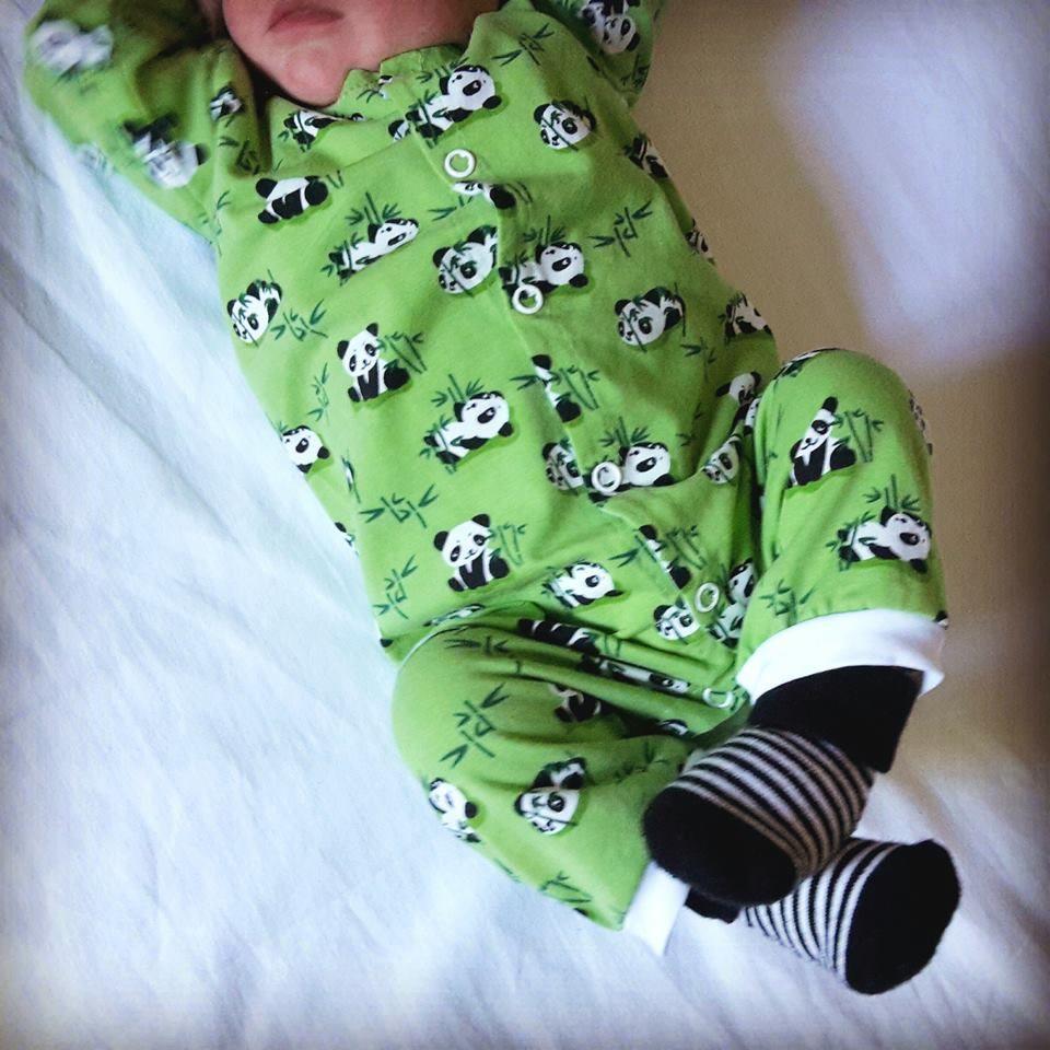 Il mio bimbo che indossa uno dei capi che avevo realizzato per lui quando era ancora nel pancione: mi sciolgo!!!