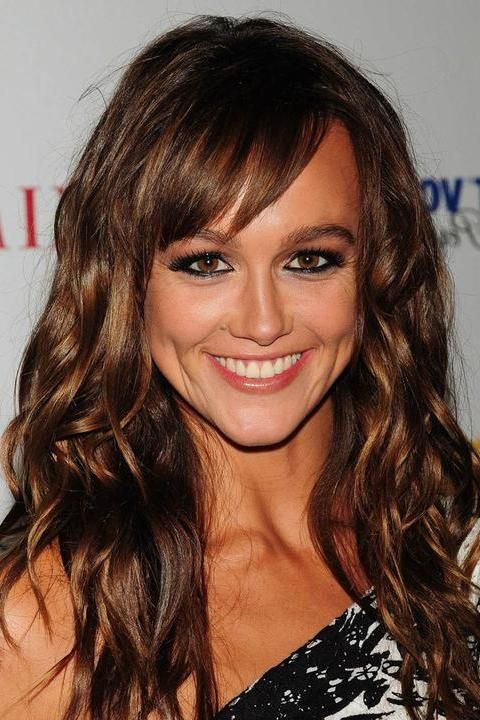 Photo of Sharni Vinson and her 2017 beach make up style, products & tips