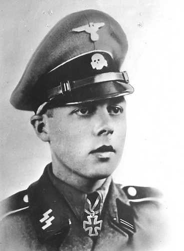 APELDOORN - Gerardus Leonardus Mooyman, 23 september 1923 - 21 juni 1987. Zijn eerste frontinzet was in januari 1942 aan de Wolchow in het Vrijwilligerslegioen Nederland. Als commandant van een stuk antitankgeschut verdiende hij het IJzeren Kruis Tweede en Eerste Klasse voor het vernietigen van enkele Sovjet-tanks. Op 4 mei 1945 raakte Mooyman in krijgsgevangenschap. Hij ontsnapte echter tot twee keer aan toe. Uiteindelijk werd hij toch opgepakt en veroordeeld tot 6 jaar gevangenisstraf waar…