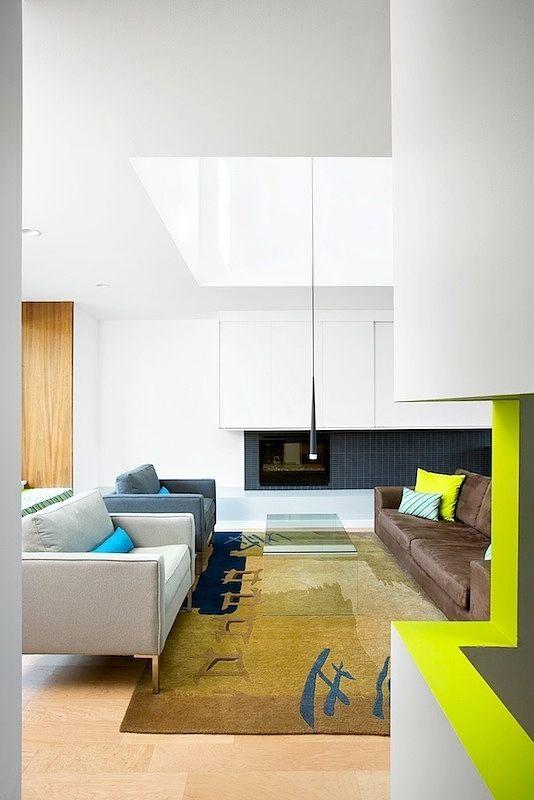 Détail de couleur sur le garde-corps (Modern Home in Vancouver by Marken Projects)
