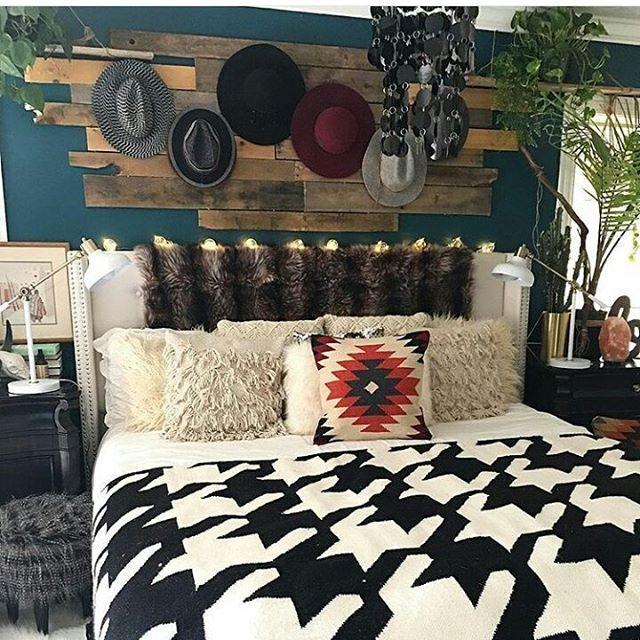 Photo of tly Western bedrooms Western-bedrooms Western decor Barn wood Rustic western dec…