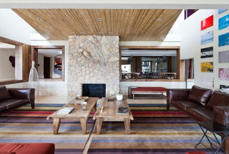 Salotto dallo stile rustico moderno con divano in pelle marrone