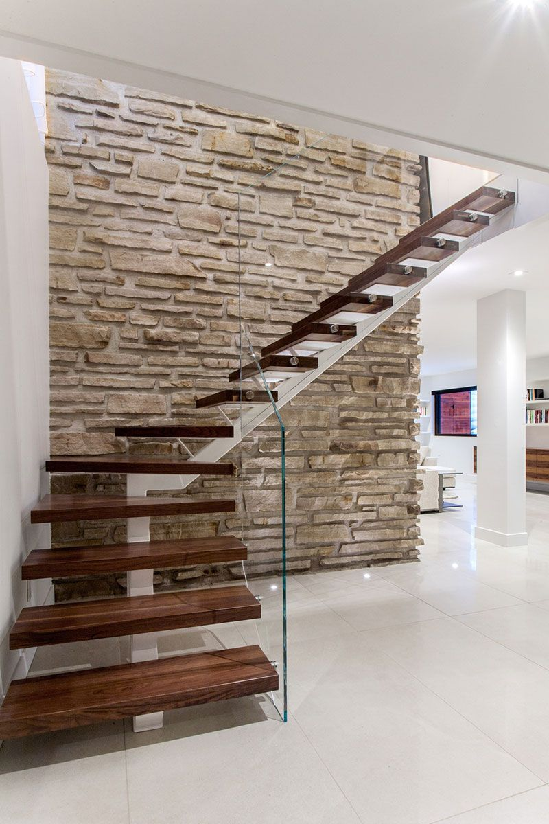 Escaleras flotantes combinaci n de madera hierro for Escaleras interiores de hierro