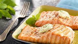 Grilovaný losos s bylinkovým maslom