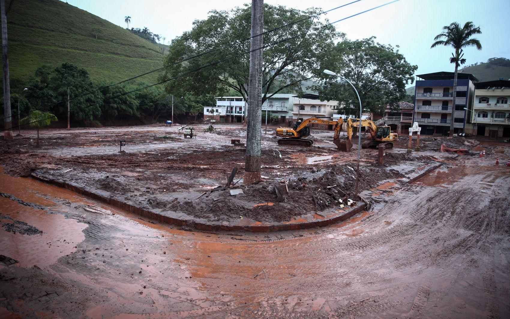 Praça central de Barra Longa, à beira do Rio do Carmo, foi completamente tomada por lama