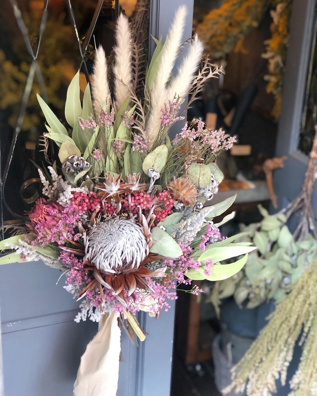 花や 蔦ひつじ On Instagram キングプロテア Dry Flower Wedding Bouquet プロテアをメインにpink White系 ドライフラワークラッチbouquetとのご要望 Floral Wreath Christmas Wreaths Holiday Decor