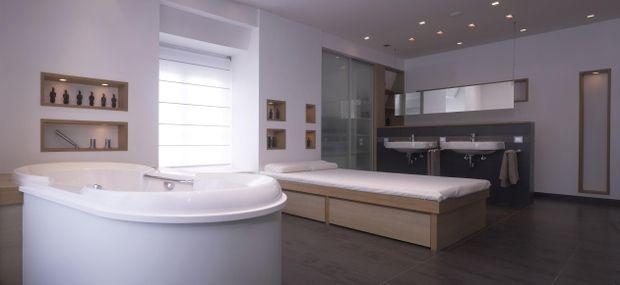 Mit Spots an der Decke schaffen Sie dezente Lichtquellen - spots im badezimmer