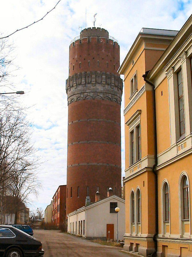 Water tower in Vaasa Finland. Vesitornin juurella koulun väliaikana vedettiin ekat poskisavut.