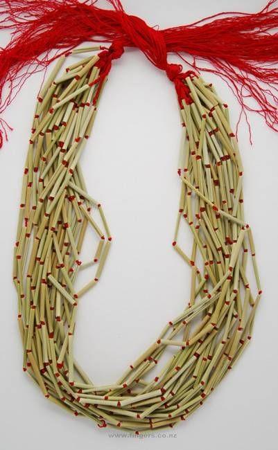Contemporary New Zealand Jewellery by Lynn Kelly